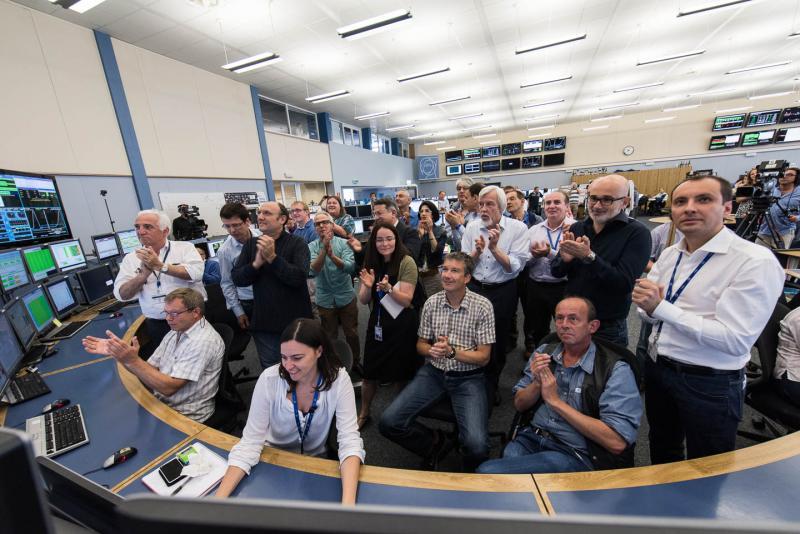 Nel Centro di controllo del CERN, il team operativo LHC, nonché i membri della direzione del CERN, applaudono l'annuncio di fasci stabili questa mattina alle 10:40 (Image: Maximilien Brice / CERN)